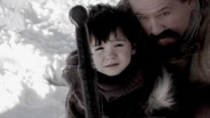 Le petit Arthur, porté par Merlin, retire Excalibur du rocher